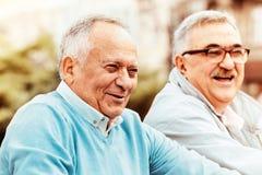 Amigos mayores que gozan afuera Fotografía de archivo