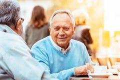 Amigos mayores que gozan afuera Foto de archivo