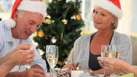 Amigos mayores que juegan durante la Navidad almacen de video