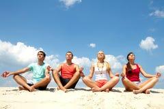 Amigos Meditating imagem de stock royalty free