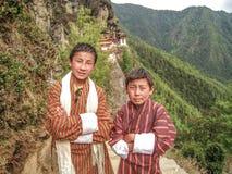 Amigos - muchachos butaneses en Tiger Monastery Fotos de archivo libres de regalías