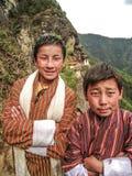 Amigos - muchachos butaneses en Tiger Monastery Fotografía de archivo libre de regalías