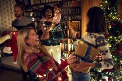 Amigos multiétnicos felices que celebran la Navidad junta foto de archivo libre de regalías