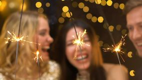 Amigos multiétnicos que celebran el Año Nuevo, pasando el tiempo junto en el partido, alegría almacen de video