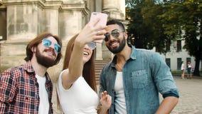 Amigos multiétnicos que hacen Selfie al aire libre metrajes
