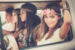 amigos Multi-étnicos da hippie em uma viagem por estrada imagens de stock