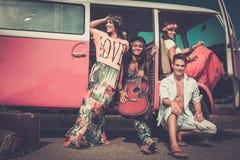 amigos Multi-étnicos da hippie em uma viagem por estrada Fotos de Stock Royalty Free