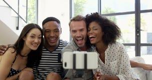 amigos Multi-étnicos que sonríen y que toman el selfie almacen de metraje de vídeo