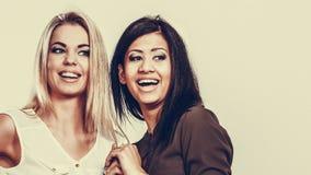 Amigos multirraciais das mulheres que têm o divertimento foto de stock