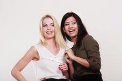 Amigos multirraciais das mulheres que têm o divertimento imagem de stock