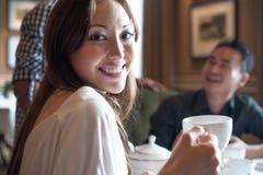 Amigos multirraciales con la sonrisa de la muchacha Imágenes de archivo libres de regalías