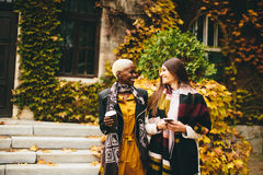 Amigos multirraciales jovenes Imagen de archivo libre de regalías