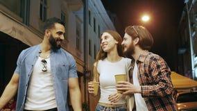 Amigos multirraciales que se divierten en la calle de la noche almacen de video
