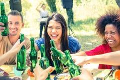 Amigos multirraciales que se divierten en la fiesta de jardín de la barbacoa Foto de archivo libre de regalías