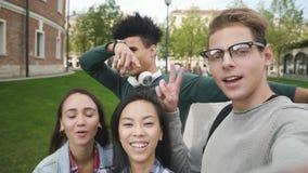 Amigos multirraciales vlogging en campus universitario almacen de metraje de vídeo