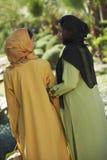 Amigos musulmanes en desgaste tradicional Imagenes de archivo
