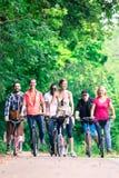 Amigos na excursão do 'trotinette' Imagens de Stock