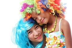 Amigos na peruca de Coloful Imagem de Stock Royalty Free