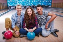 Amigos na pista de bowling Fotos de Stock
