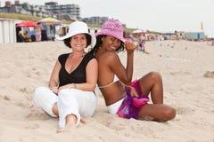 Amigos na praia Fotos de Stock Royalty Free