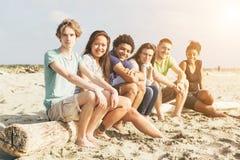 Amigos na praia Foto de Stock Royalty Free