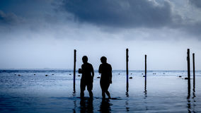 Amigos na praia fotografia de stock royalty free