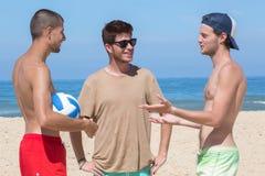 Amigos na praia junto Foto de Stock Royalty Free