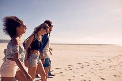 Amigos na praia junto Fotografia de Stock