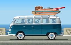 Amigos na viagem do verão em Van clássico Fotografia de Stock Royalty Free