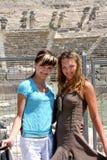 Amigos no amphitheater antigo imagem de stock royalty free