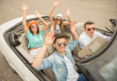 Amigos no cabriolet foto de stock