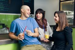 Amigos no café que tem o divertimento Fotografia de Stock Royalty Free