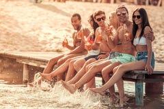 Amigos no mar imagem de stock royalty free