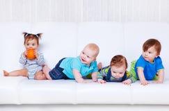 Amigos no sofá foto de stock