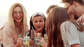Amigos no telhado com os cocktail alto que têm o divertimento, gritar e rir cocktail urbanos do verão vídeos de arquivo