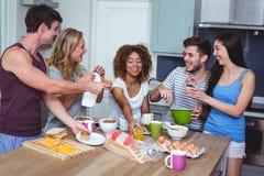 Amigos novos alegres com alimento imagens de stock