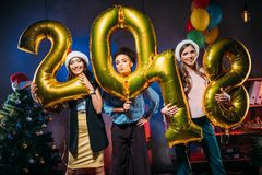 Amigos novos com balões dourados Imagens de Stock