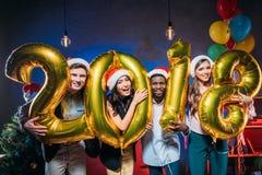 Amigos novos com balões dourados Foto de Stock Royalty Free
