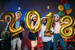 Amigos novos com balões dourados Foto de Stock