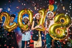 Amigos novos com balões dourados Fotografia de Stock Royalty Free