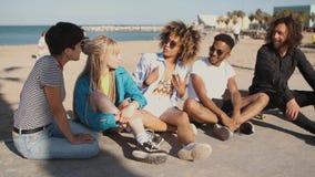 Amigos novos felizes no litoral da cidade filme