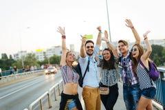 Amigos novos felizes que tomam o selfie na rua imagens de stock