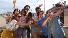 Amigos novos loucos que tomam o selfie no terraço do telhado filme