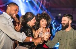 Amigos novos multirraciais que dançam no clube noturno - povos felizes Imagem de Stock Royalty Free