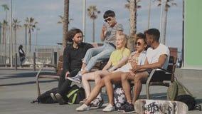Amigos novos na moda no banco na rua vídeos de arquivo
