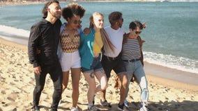 Amigos novos na moda que d?o uma volta na praia filme