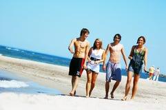 Amigos novos na praia do verão Fotos de Stock Royalty Free