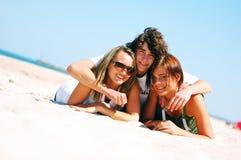 Amigos novos na praia do verão Foto de Stock Royalty Free