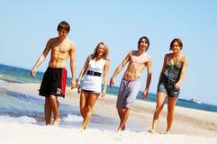 Amigos novos na praia do verão Imagem de Stock Royalty Free