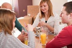 Amigos novos no café da tarde Fotografia de Stock Royalty Free